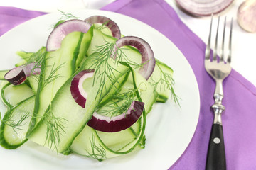 Gurkensalat mit roten Zwiebeln und Dill