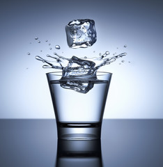 Drink mit 2 Eiswürfeln vor dunklem Fond