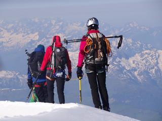 Cordée d'alpinistes dans les Alpes