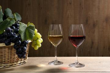 vino due bicchieri sfondo legno
