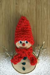 Weihnachtswichtel mit Mütze und Schal