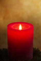 Brennende Kerze mit Grunge Hintergrund