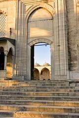 Entrada de pedra da mesquista Süleymaniye em Istambul