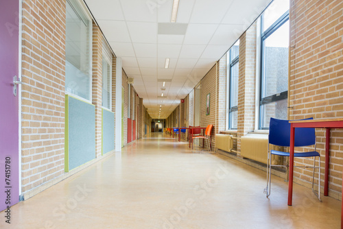 Deurstickers Openbaar geb. Long corridor with furniture in school building