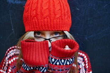 Маленькая девочка в красном свитере