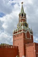 Torre Spasskaya com relógio na Praça Vermelha em Moscow.