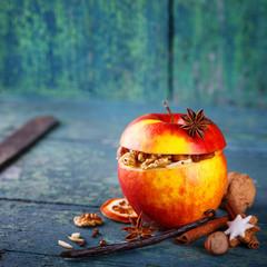 Bratapfel mit Nüssen und Gewürzen