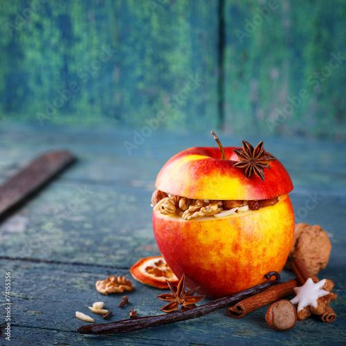 Leinwanddruck Bild Bratapfel mit Nüssen und Gewürzen