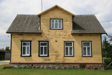 altes Holzhaus im Baltikum