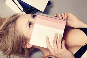 femme en lingerie lisant