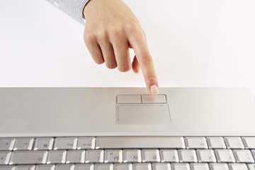 am Laptop, Finger auf Touchpad 4