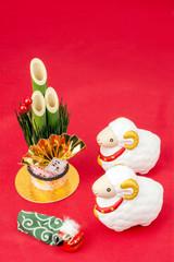 お正月の飾り物と羊の置物