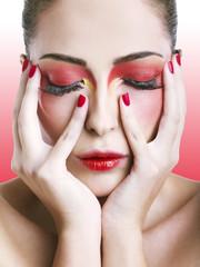 Primo piano di donna con trucco rosso sfumato