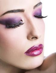 Make-up viola con occhi chiusi