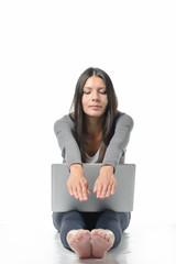 Attraktive junge Frau meditiert und stretcht