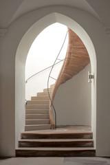 Spitzbogen mit Treppenaufgang