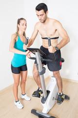 Herzfrequenz messen im Fitnesstudio mit Coach