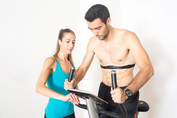 Pulsmesser im Fitnesstudio mit Coach