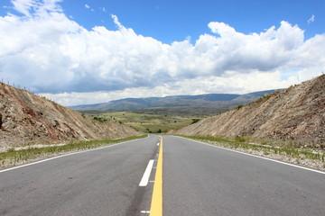 ruta entre montañas