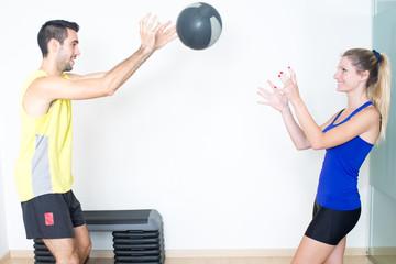 Ball werfen im Fitnessstudio