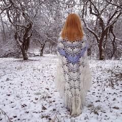 рыжеволосая девушка стоящая спиной, укутанная в шаль