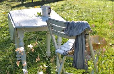 table et chaise dans jardin
