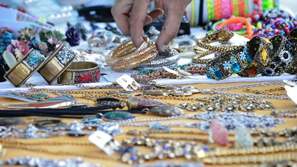 Taking bracelet of merchandise exposed jewelery