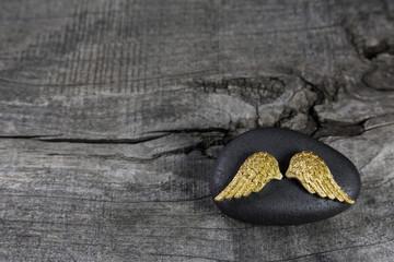 Trauerkarte: Holz Hintergrund mit Engelsflügel in Gold