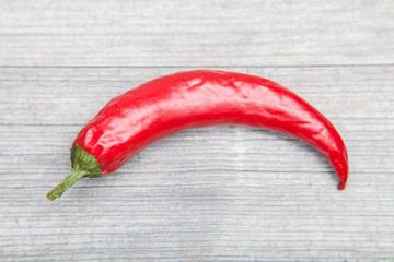 rote peperoni auf holz