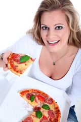 Junge sympathische Frau isst frisch gelieferte Salami Pizza
