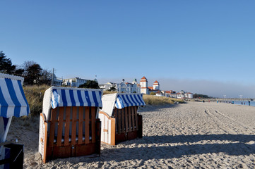Strandkörbe im Winter in Binz, Blick zum Kurhaus Binz