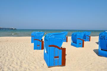 Gruppe von blauen Strandkörben, Seebrücke Binz