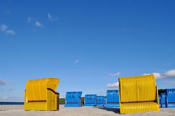 Gruppe von gelben und blauen Strandkörben, Ostseestrand Binz