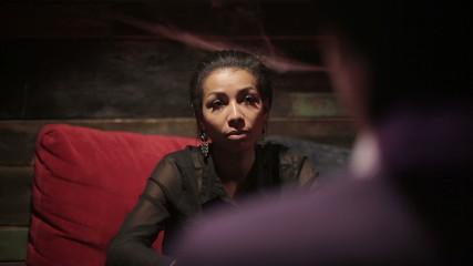 Black woman and white man make dialogue at restaurant.