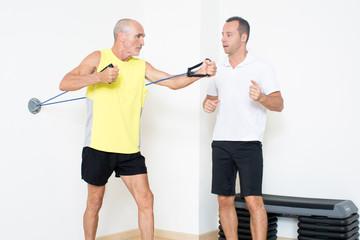 Senior Fitnessuebung mit Seilen