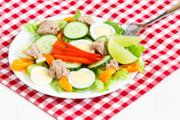Salad with tuna end egg
