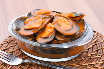 mussels in sauce pot