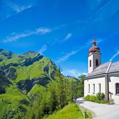 Kirche vor Alpenpanorama