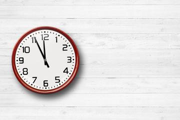 Uhr auf Holzhintergrund