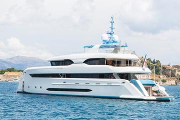 Private luxuriöse Yacht am Meer vor Anker