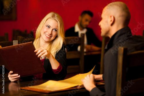 Młoda para gości żywności w restauracji czytania menu