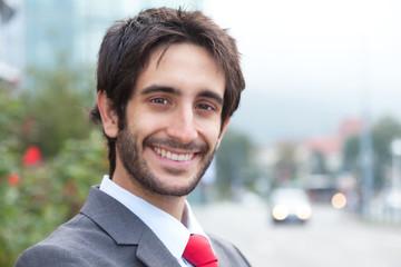 Portrait eines Geschäfgtsmannes mit Bart vor Bürogebäude