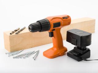 Akkuschrauber mit Bohrern, Schrauben und Holz