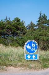 Hinweisschild für Reiter, Fußgänger und Radfahrer