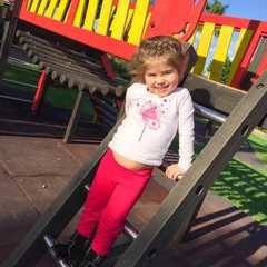Bimba gioca e sorride al parco