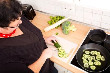 Frau beim Gurken zubereiten