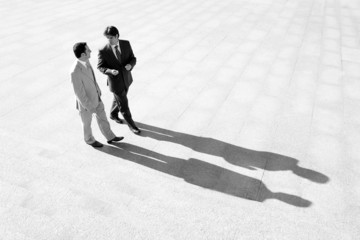 Hombres de negocios proyectando sombra