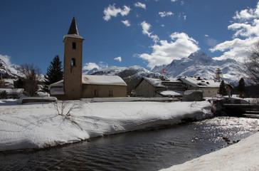 Schweizer Landschaft mit Flúß und Kirchturm