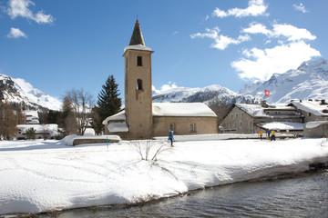 Skilangläufer in der Schweizer Bergwelt