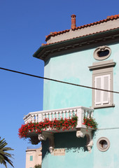 balcone di edificio storico con fiori